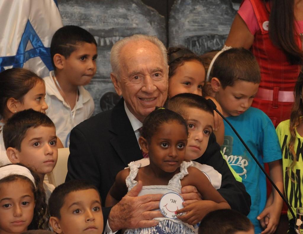 """""""אתם הדבר הכי טוב שיש לנו במדינת ישראל. הנשיא פרס לעולים לכיתה א'. (צילום מארק ניימן/לע""""מ)"""