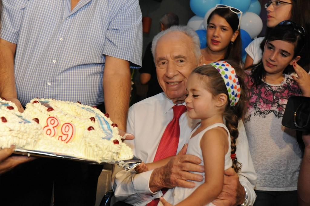 """נשיא עוגה וילדה - שמעון פרס בן 89. (צילום: מארק ניימן\לע""""מ)"""