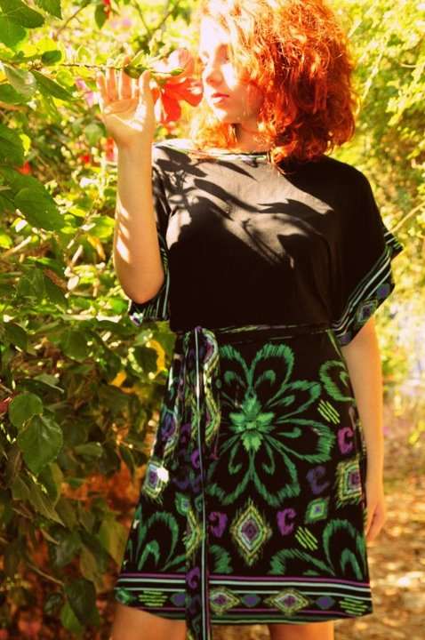 הקסם שבמשחקי ההדפס. שמלת קימונו בהדפסי ניאון, מתוך קולקציית קיץ-סתיו 2012. צילום: לילי ברושטיין