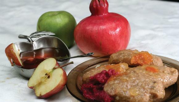 """הצבא צועד על קיבתו. 25 טונות של תפוחים בשתי טונות ל דבש (צילום: דו""""צ)"""
