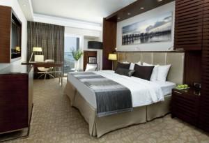 חדר משופץ במלון קרלטון בתל אביב. בלי הכיכר