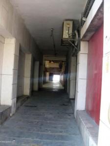 מסדרונות ארוכים, עשרות מדרגות , הצפות ולכלוך מובילים לכיכר אתרים. (צילום: שרית פרקול)