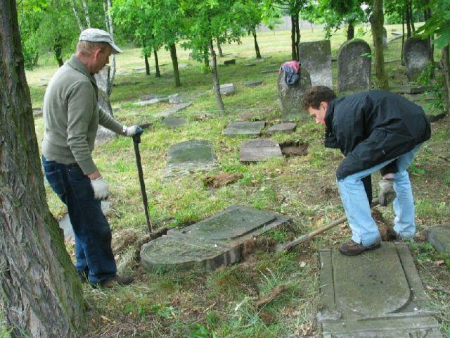 שיפוץ המצבה בבית קברות טרומפלדור (צילם: צבי גיל)