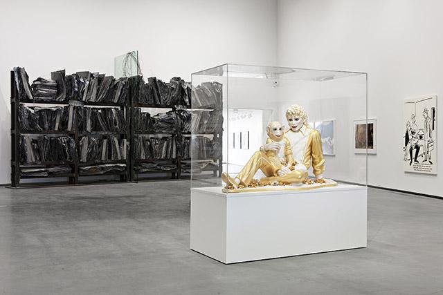 מתוך מוצגי התערוכה. פסל של מייקל ג'קסון והקוף באבלס, ריצ'רד פרינס. צילום: Astrup Fearnley Museeet/Vegard Kleven