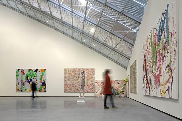 הגג הגלי מגדיר את חלל הגלריה. צילום: Astrup Fearnley Museeet/Nic Lehoux