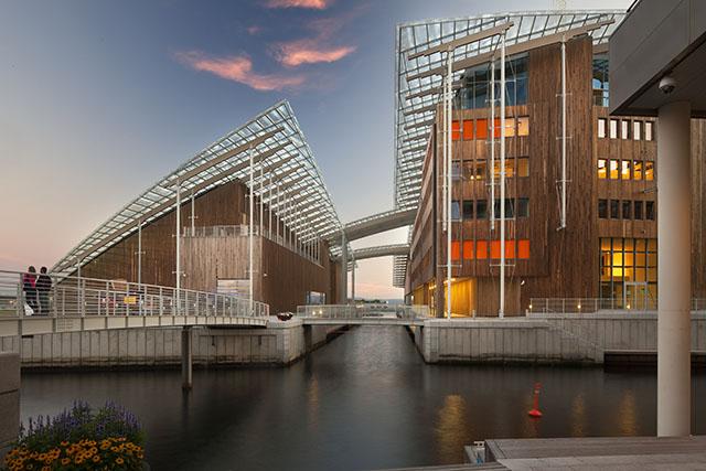 שני חלקי המוזיאון וביניהם תעלה וגשרים למעבר מבקרים. תוכנן על-ידי האדריכל רנצו פיאנו. צילום: Astrup Fearnley Museeet/Nic Lehoux