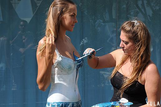 מאחורי הקלעים: שירלי דואק מציירת את בגדי הדוגמניות בהשראת מגדלי עזריאלי. צילום: יולה זובריצקי