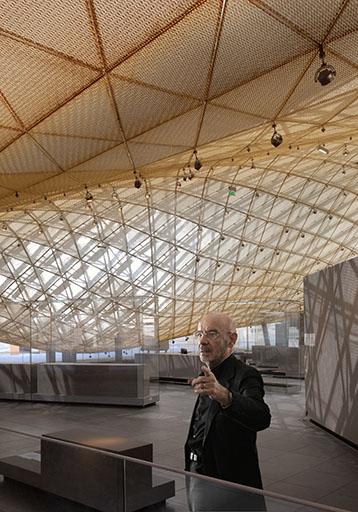 האדריכל מריו בליני מבקר באגף החדש לקראת סיום עבודות הבנייה. צילום: באדיבות משרד אדריכלים מריו בליני