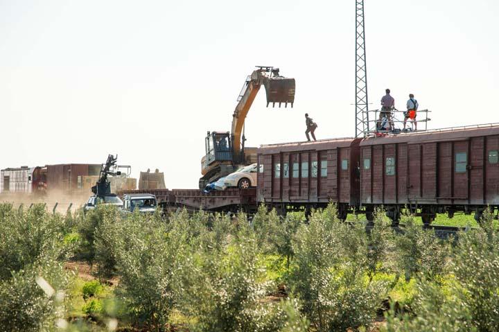 """הזחל בפעולה במהלך צילומי הסרט """"סקייפול"""". צילום: Caterpillar Inc"""