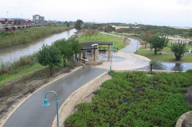 """פארק לכיש בנוי לאורך נחל לכיש ויש בו, בין היתר, פינות ישיבה מוצלות, פינות בעלי חיים, פסלים בנושאים תנ""""כיים ופארק אתגרי. (צילום: עיריית אשדוד)"""