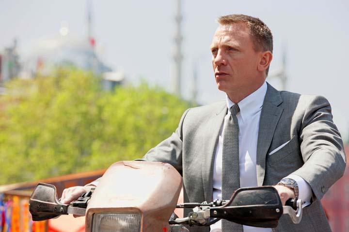 """דניאל קרייג באחת הסצינות בסרט """"סקייפול"""", החליפה - טום פורד, השעון - אומגה. צילום: אומגה"""