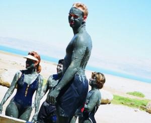 תיירים בים המלח. עלייה ניכרת בתיירות, חרף המצב הכלכלי בעולם.(צילום: אתר משרד התיירות)