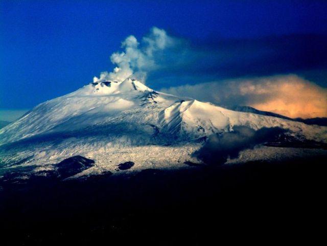 ההר אתנה בסיציליה. הר הגעש הפעיל הגבוה באירופה. (צילום: (Josep Renalias)