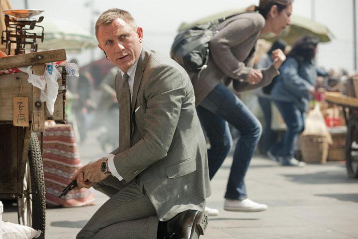 """דניאל קרייג באחת הסצינות בסרט """"סקייפול"""", החליפה טום פורד, השעון - אומגה. צילום: אומגה"""