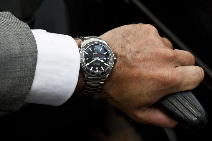 היד והשעון - דניאל קרייג ו- Seamaster Planet Ocean 600M Skyfall. צילום: אומגה