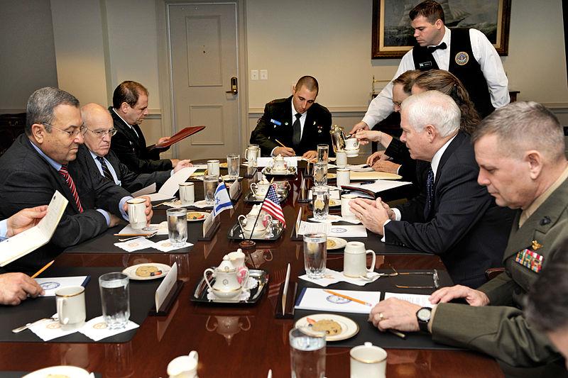 אהוד ברק, שלום קיטל ואיתן דנגוט בפגישה בפנטגון עם רוברט גייטס (צילום: ויקימדיה)