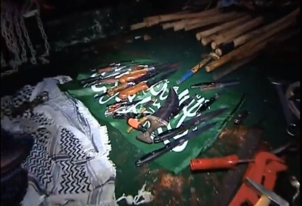 סכינים ומקלות שנמצאו על המרמרה
