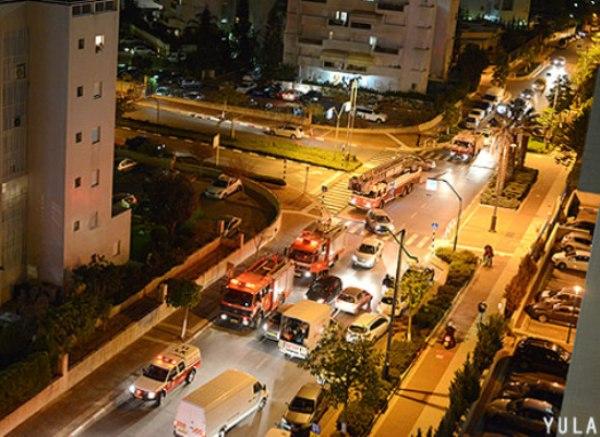 שוטפים את הרחובות בראשון באיזור הפיצוץ (צילום: יולה זובריצקי)