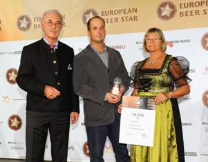 """בשלן הבירה של מבשלת הגולן, עומרי זילברמן, זוכה בפרס הכסף עבור יצירתו (צילום: יח""""צ)"""