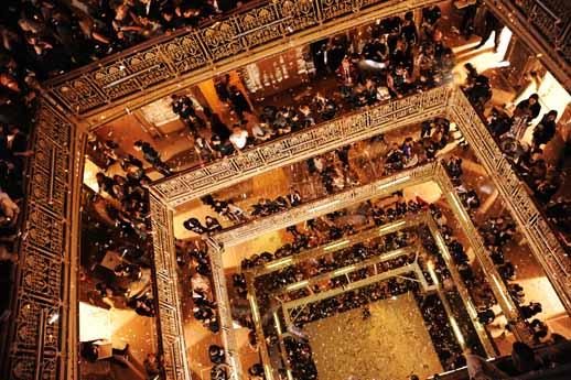 כך זה נראה בערב האירוע. תשע קומות מוארות ותוססות. צילום: 2012 WireImage