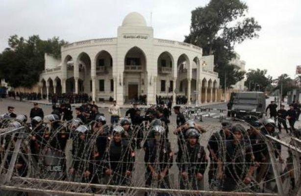 משטרה מקיפה את ארמון הנשיאות (צילום: אל ג'זירה)