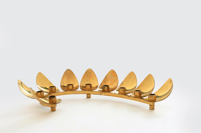 חנוכיה בעיצוב לודוויג וומפל. מוצגת בתערוכה באדיבות חווה וולפרט ריצ
