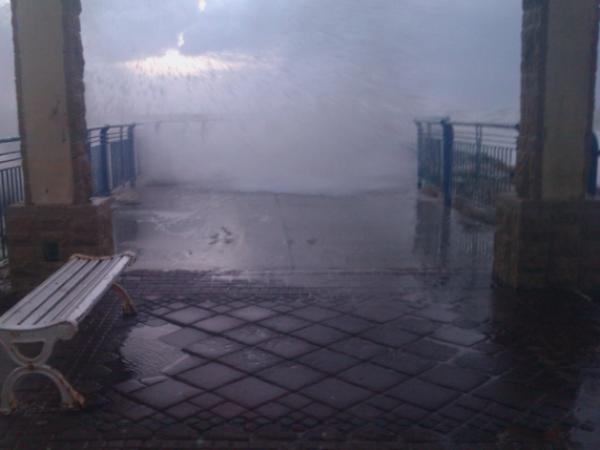 הסערה פגעת במזח טיילת נהריה (צילום: גלי עוז)