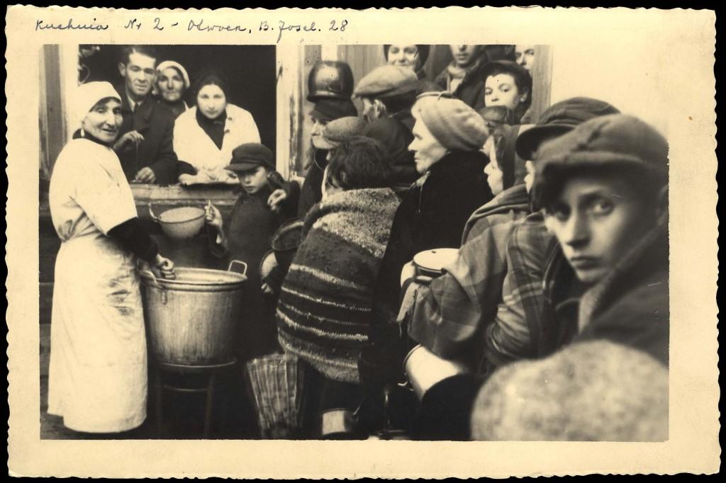 אוטווצק, פולין, יהודים ליד המטבח הציבורי (באדיבות יד ושם)