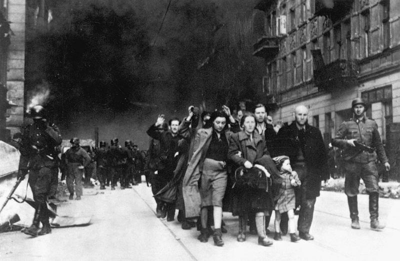 מורדי הגיטו מובלים על ידי חיילים, מאי 1943 (צילום: ויקיפדיה)