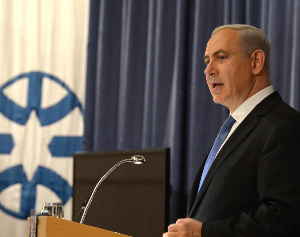 """נתניהו בשבוע שעבר, בהופעתו מול שגרירי ישראל בעולם. """"מנסים להפיל אותי"""". (מילום: משה מילנר/לע""""מ)"""
