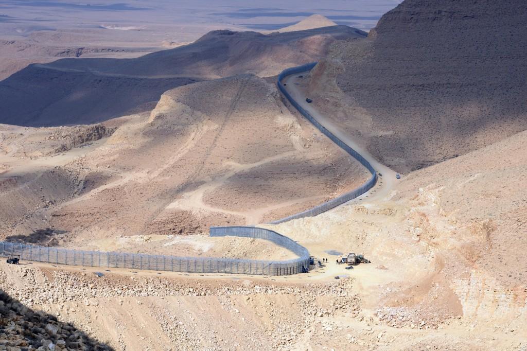 """""""מהמפעלים ההנדסיים הגדולים ביותר שנעשו במדינת ישראל"""". הגדר בדרום (צילם: משה מילנר/לע""""מ)"""
