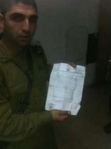 """חייל עם המכתב שנתפס (צילום: דו""""צ)"""
