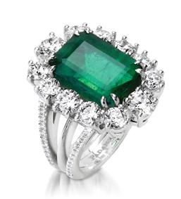 פדני, קולקציית One of a kind, טבעת מזהב לבן 18K משובצת אבן אמרלד במרכז ויהלומים סביב. צילום: גיא בוכלטר