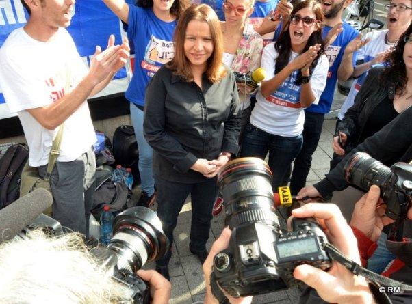קשה אבל לא בלתי אפשרי. שלי יחימוביץ עם פעילי העבודה בדיזנגוף (צילום: רפי מיכאלי)