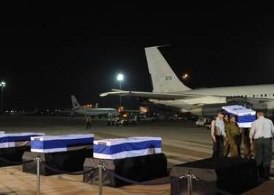 """ארונות הנספים בשדה התעופה (צילום: עמוס בן גרשום, לע""""מ)"""