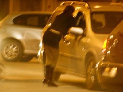 החוק השוודי פוגע קודם כל ביצאניות. בחורה עובדת בטורינו שבאיטליה מנסה לארגן לעצמה לקוח נוסף (מקור: ויקימדיה)
