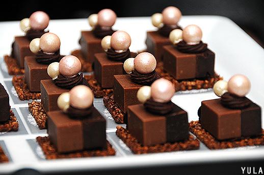 קינוחי שוקולד מרהיבים של השפית אפרת ליבפרוינד - ממש מתחשק לענוד על דש הבגד (צילום: יולה זובריצקי)