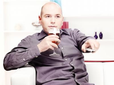 """מנסים להסתיר את """"כרס הבירה"""" (מקור: http://www.freedigitalphotos.net, marin)"""