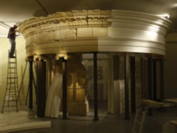 """שיחזור קיברו של הורדוס בחלל התערוכה (צילום יח""""צ)"""