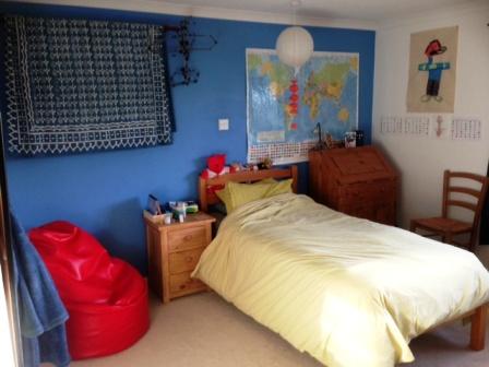 חדרו של בן ה-12, עם הספירלה האדומה שהייתה תלויה לו מעל הראש