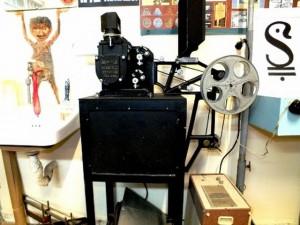 """בבית באו ניצבות גם מכונות ההקרנה לסרטים של 16 מ""""מ ושל 35 מ""""מ וישנם גם הסרטים, שערך על שולחן האור. (צילום: יגאל יששכרוב)"""