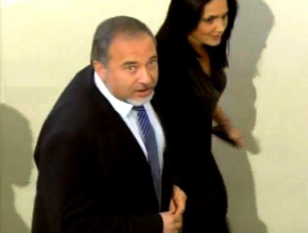 ליברמן מגיע לבית המשפט (צילום: יו טיוב)