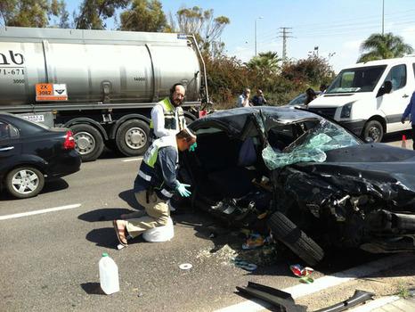 """זירת התאונה הקטלנית בכביש 40. האם נהרגה (צילום: זק""""א)"""
