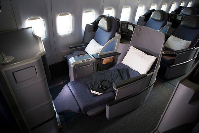 מיטות שטחות במטוס בואינג 777 של יונייטד הטס לארץ. צילום: יונייטד