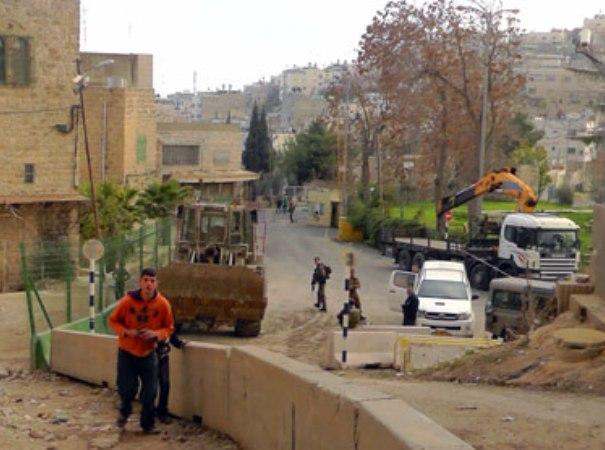 עבודות להקמת גדר חדשה בחברון. משמאל לגדר הירוקה - המעבר לפלסטינים