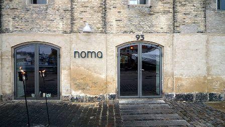 """הכניסה למסעדת """"נומה"""" בקופנהגן, דנמרק (מקור: ויקימדיה)"""