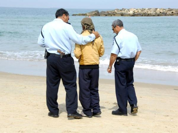 אבי המשפחה ממתין על החוף למציאת הגופות (צילום: דובר המשטרה)