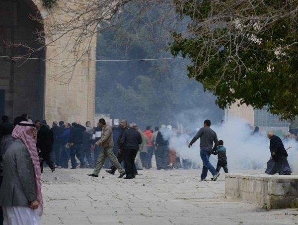 """מאות פלסטינים התעמתו עם צה""""ל והמשטרה"""