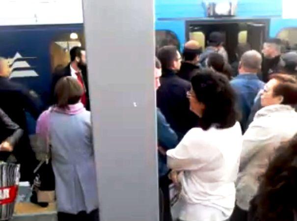 הנוסעים מגלים יוזמה ונעמדים בדלתות הרכבת