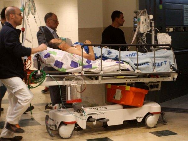 לנקרי מובל לבית החולים (צילום באדיבות סוכנות צילום - אנצ'ו גוש)